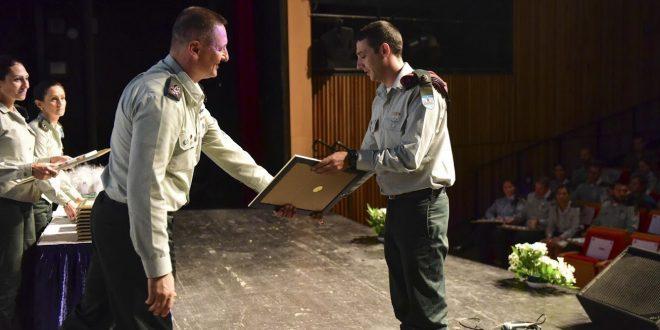 הישאם אבו סאלח מקבל את תעודת הצטיינות (צילום דובר צהל)