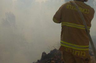 הכבאים מנסים להשתלט על האש (צילום דוברות כבאות והצלה)