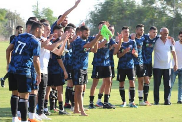 המאמן מאיר כהן ושחקניו חוגגים את ניצחון הבכורה (צילום חגאג רחאל)