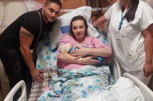משפחת סידוריוק עם קטרין ביבאר, אחות במחלקת יולדות ב (צילום: המרכז הרפואי לגליל