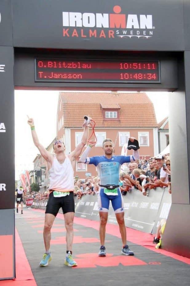 על קו הסיום.   חוצה את קו הסיום בתחרות איש הברזל בשוודיה עם המלווה פלק.  צילום:  finisherpix