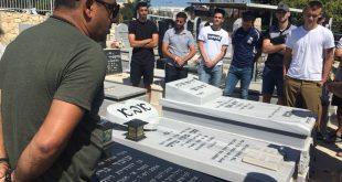 """המנכ""""ל ברעם והשחקנים על קברו של עובד גרינפלד ז""""ל (צילום יצחק סולומון)"""