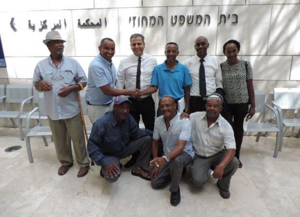 בני העדה עם עורכי הדין בבית המשפט (צילום עצמי)