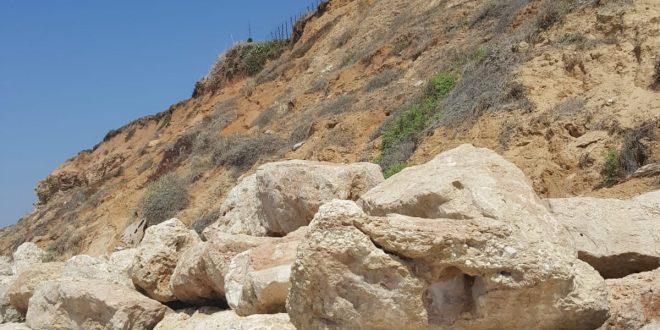 מצוק ינאי. האבנים להגנתו