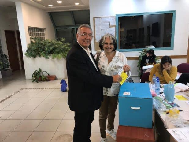 """קארן ושלמה בוחבוט מצביעים ביום הבחירות (צילום: יח""""צ)"""
