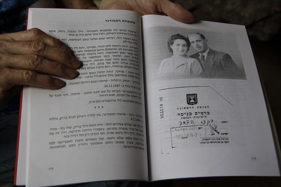 הדסה ובעלה, וכרטיס כניסה היסטורי לכנסת. מתוך אחד מספריה. צילום: קרן אידלזון