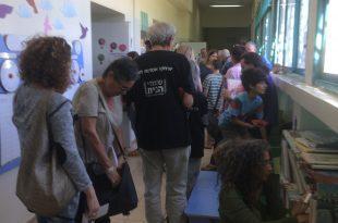 תושבים מצטופפים בכניסה לקלפי הבוקר בפרדס חנה (צילום: נירית שפאץ)