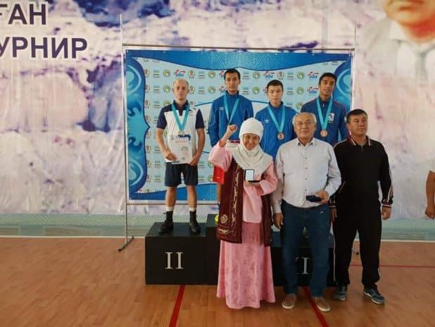 נשאר בצמרת. אלברדיאן (משמאל) על דוכן המנצחים צילום: באדיבות בוריס רזניק