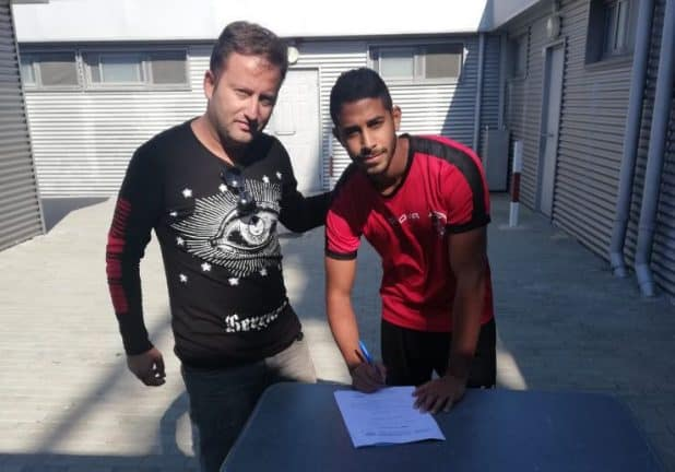 דנין חותם על חוזה עם המנהל המקצועי רועי כהן (צילום עצמי)