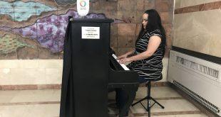 נאויה בנגינה בכניסה לבניין אשפוז א צילום הלל יפה