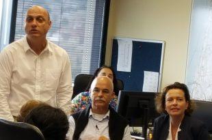 """מימין: קליש, עומד משמאל: יו""""ר הוועדה איתמר בן דוד (צילום: הפורום הישראלי לשמירה על החופים)"""