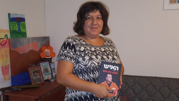 אולגה זדורוב עם ספרה החדש (צילום: יהורם גלילי)