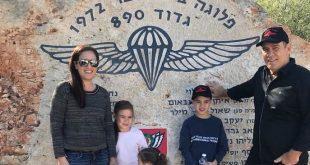 בני כהן בתו מורן והנכדים ליד האנדרטה. צילום עצמי