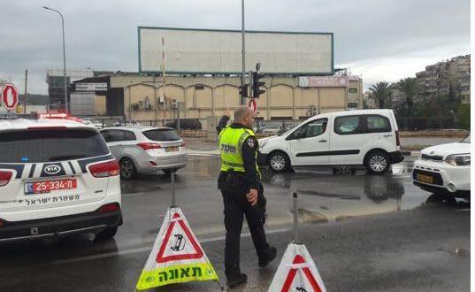 השוטרים חוסמים את הצומת (צילום דוברות המשטרה)