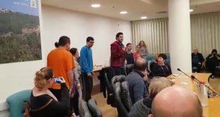 הצעירים מציגים במהלך ישיבת המועצה (צילום עצמי)
