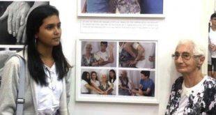 תלמידה וניצולה בתערוכה. צילום באדיבות עיריית חדרה