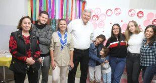 חג חנוכה שמח. ראש העיר גנדלמן עם בני הנוער