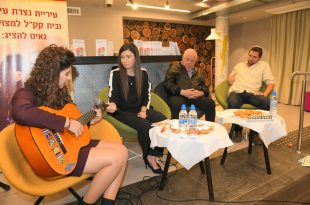 עדי אבוקרט מנגנת לראש העיר בערב ההשקה (צילום ישראל פרץ)