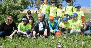 """ראש העיר ומנכ""""לית העירייה עם ילדי העיר בשדות (צילום ישראל פרץ)"""