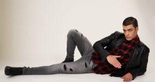 ז'קט עור - 999 שקלים; חולצה מכופתרת - 200 שקלים; מכנסי ג'ינס -350 שקלים; נעליים - 279 שקלים | צילום: אלכס ליפקין