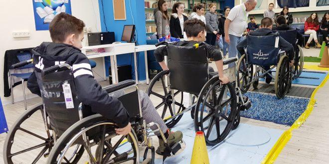 תלמידים מתנסים במוגבלות פיזית. צילום: נ.י.צ
