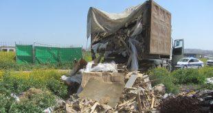 המשאית שהשליכה פסולת ליד באקה אל גרביה. צילום: המשטרה הירוקה במשרד להגנת הסביבה