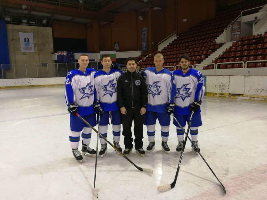 חוזרים למגרש. המאמן רבניאגה עם שחקני הקבוצה צילום: מועדון הוקי קרח מעלות