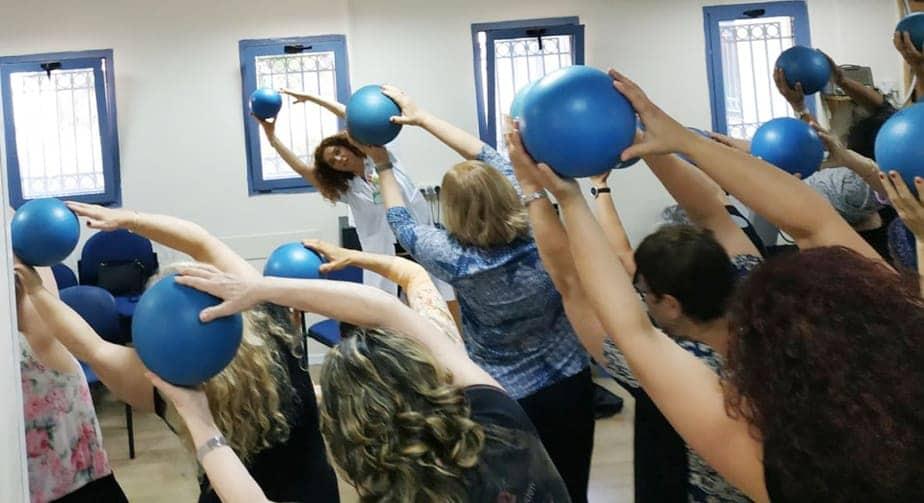 פעילות עם כדור בסדנת פיברומיאלגיה