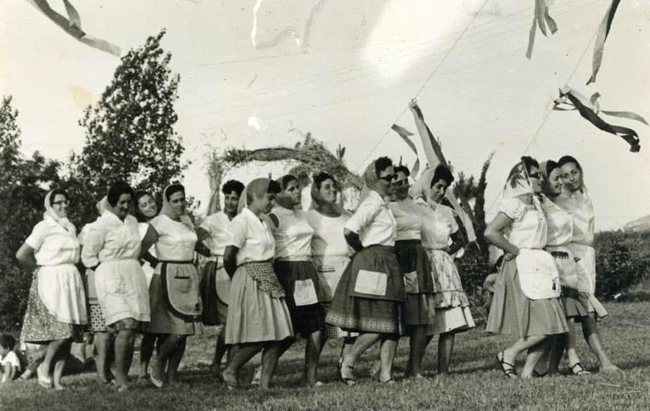 ריקוד הקרומפליצ'קה בחג שבועות. 1970 בקיבוץ געתון
