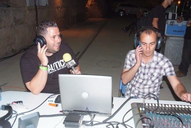 אלכס רזניק ושי בניטה בעמדת השידור בקסריה