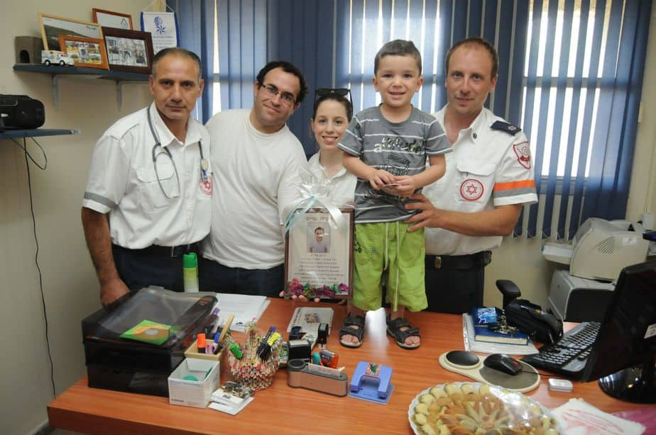 אנדרו גרייב עם צוות מדא שהציל את חייו
