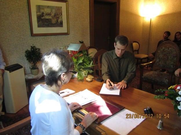 רם חותם על הסכם נישואין בברלין