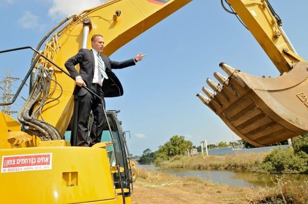השר להגנת הסביבה, גלעד ארדן, בעת תחילת העבודות.