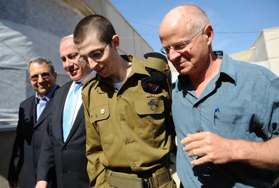 גלעד שליט בפגישה עם אביו נועם שליט וראש ממשלת ישראל בנימין נתניהו