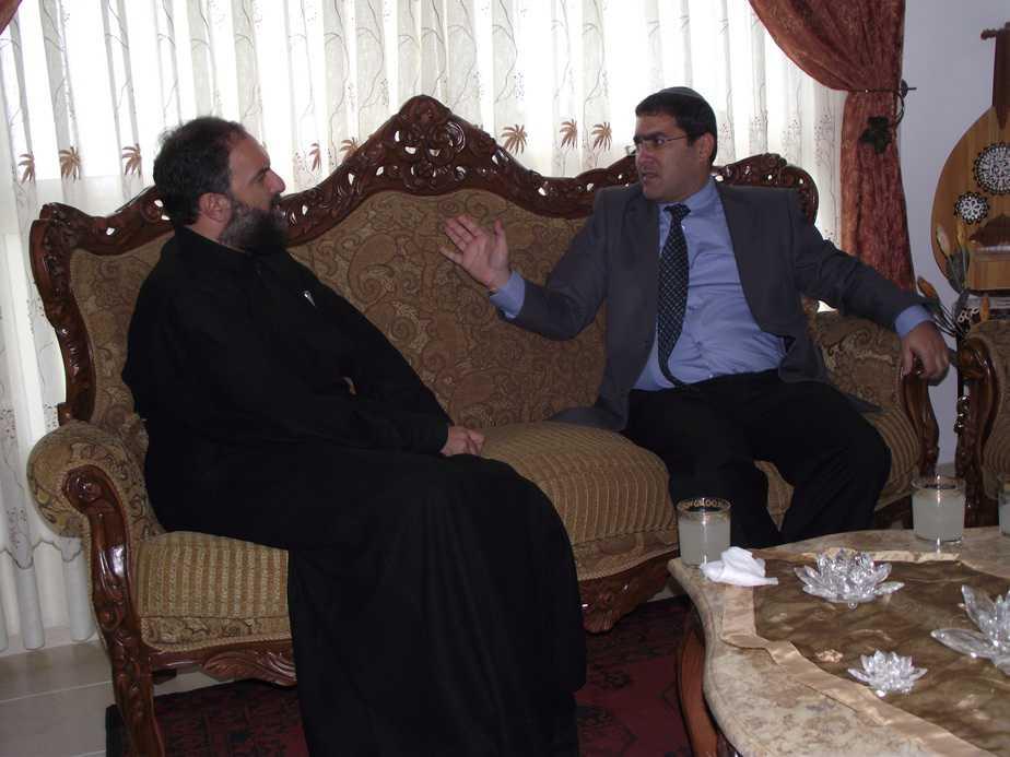 """מנכ""""ל מנהלת השירות האזרחי-לאומי, שר שלום ג'רבי עם הכומר ג'ובראיל נדאף."""