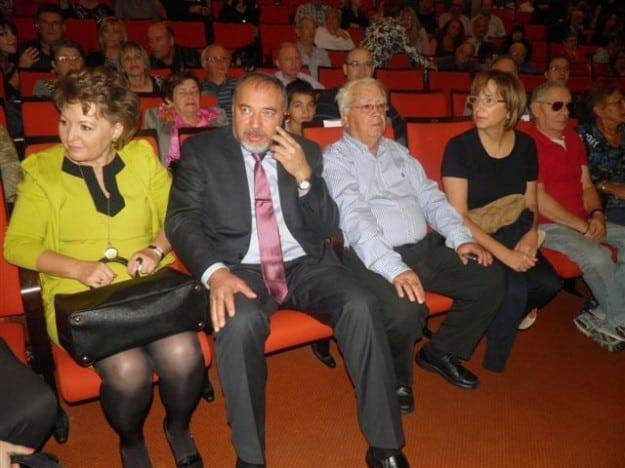 משפחת צורי ומשפחת ליברמן יושבים בהיכל התיאטרון לפני הדיון בשבת תרבות