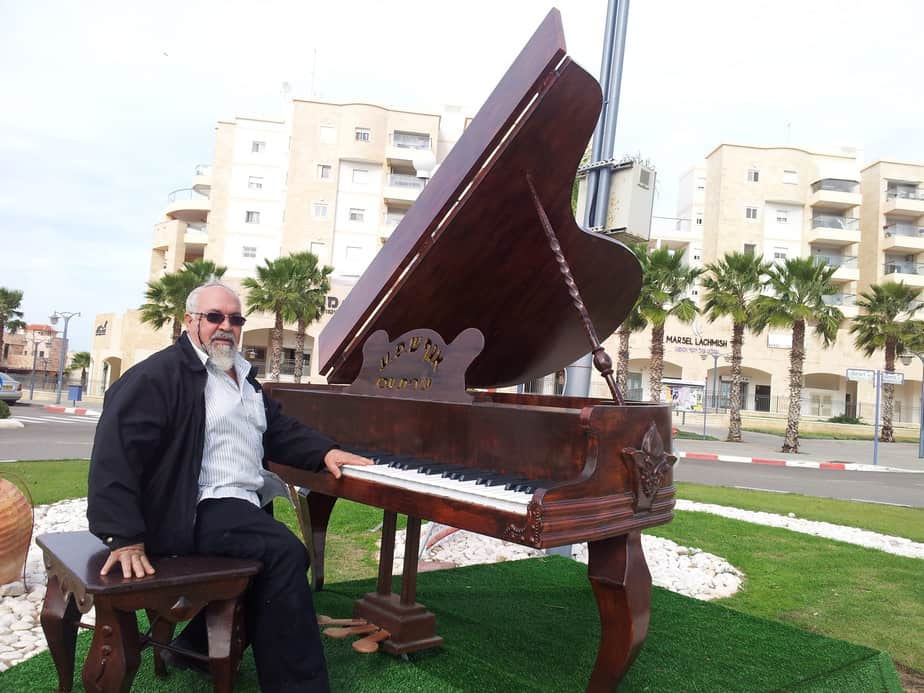 מאיר תורג'מן וכנף הפסנתר מחומרים ממוחזרים