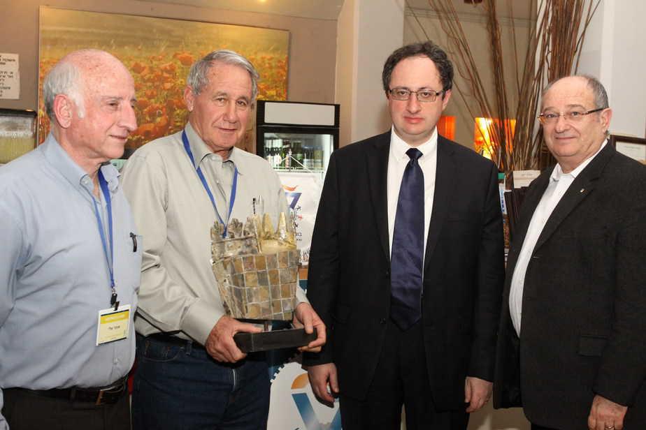 """הענקת הפסל. מימין: פרופסור פרץ לביא, בוריס גלפנד, גדי כפיר וד""""ר אלי אופר (צילום: יואב בכר, דוברות הטכניון)"""