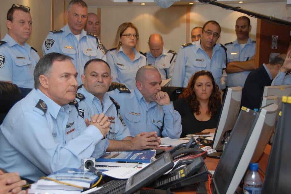 """בתמונה: המפכ""""ל וראש אגף המבצעים ניצב ניסים מור מתעדכנים במרכז השליטה. (צילום: חטיבת דובר המשטרה)"""