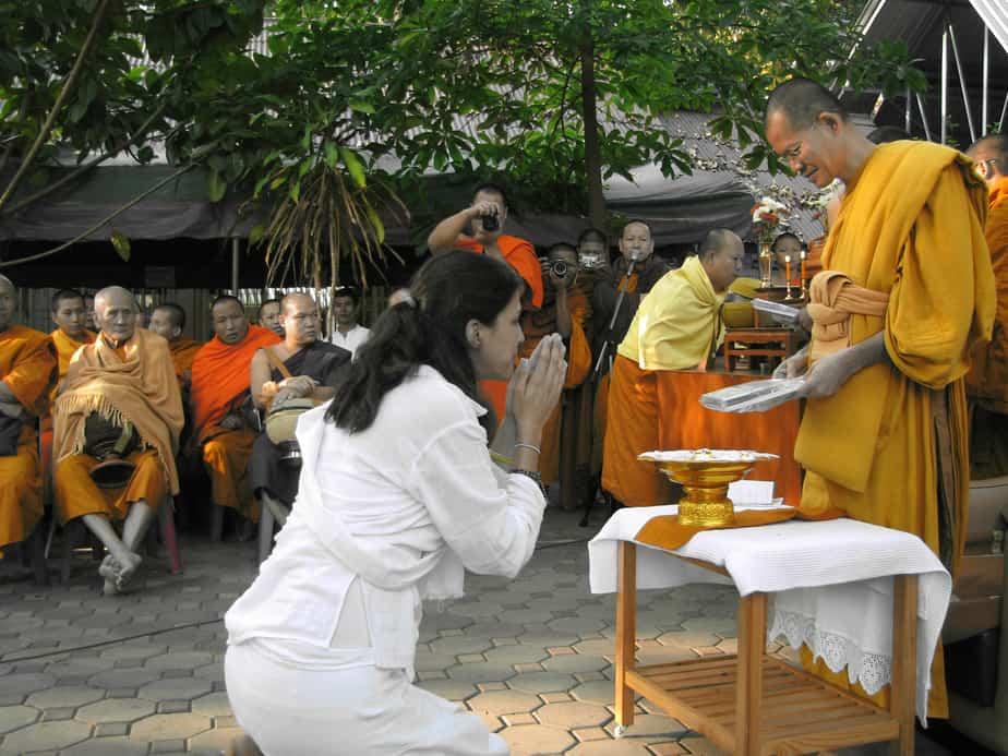 """""""אנשים חמים, צנועים ונעימים שנותנים הרגשה של בית"""". עם הנזירים במנזר בתאילנד (צילום: עצמי)"""