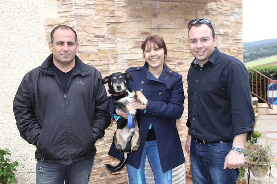 סוף טוב הכל טוב. עמית דהן, רותי בן חמו וג'רי בן חמו עם הכלב צ'וצ'ו   (צילום: דוברות העירייה)