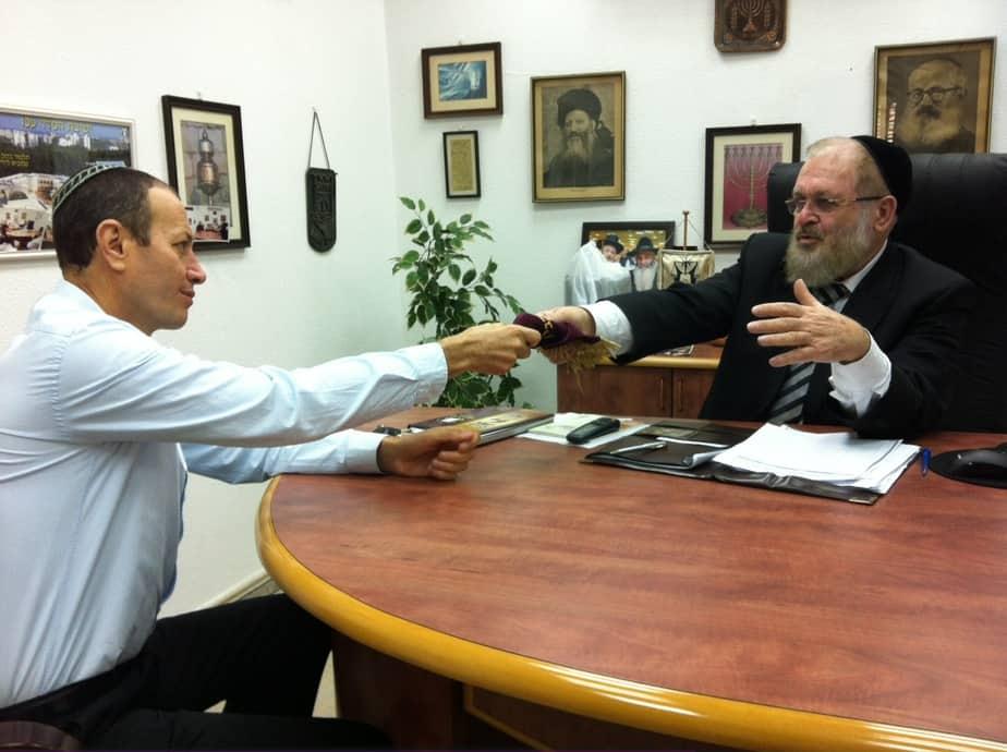 הרב ישר ושמעון לנקרי   (צילום: דוברות עיריית עכו)