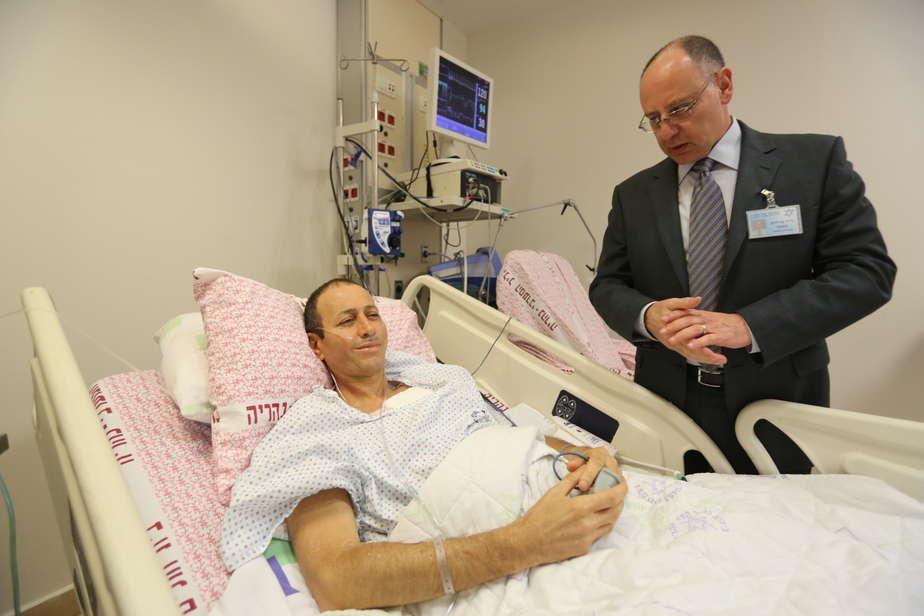 """שולח ברכות חמות. שמעון לנקרי ומנהל בית החולים ד""""ר מסעד ברהום    (צילום: חגי אהרון)"""