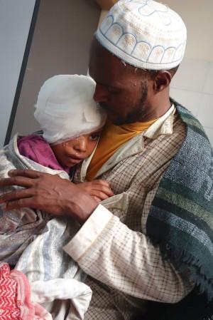 עבדול ראזק בזרועות אביו