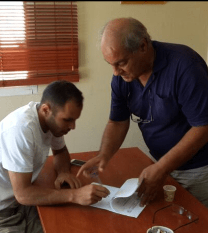 אחמד דיאב ואלי ארובס חותמים על החוזה (צילום: יצחק סולומון)