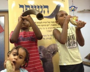 גם חלק ממנהגי חגי תשרי. תקיעה בשופר (צילום: ישראל פרץ)