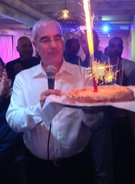 אלי אבוטבול מקבל עוגת ניצחון בבחירות 2013 (צילום: ענבר דותן)