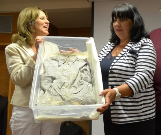 נטליה לדצ'נקו והחולצה שנתרמה לבית לוחמי הגטאות (צילום: ליאת גוטיארז)