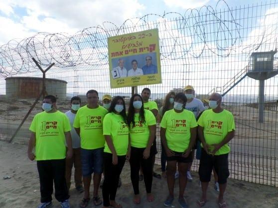 פעילים ותושבים ליד גדרות חוות מכלי הדלק (צילום: קרית חיים אחת)
