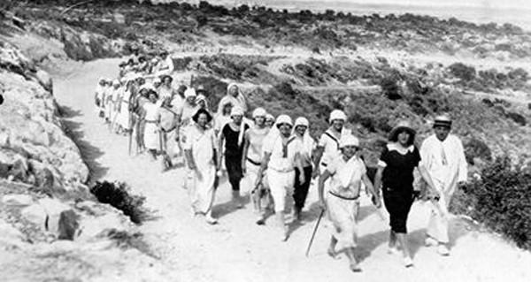אחיות בית החולים צועדות בצעדת זכרון יעקב, סביב שנת 1900 (מתוך הארכיון הפרטי של משפחת צוקרמן בזכרון יעקב)